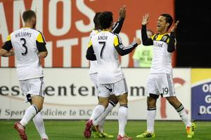 Higuain Scores Twice, Crew Beat United 3-0